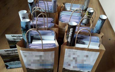 Tasjes en geschreven enveloppen staan klaar.